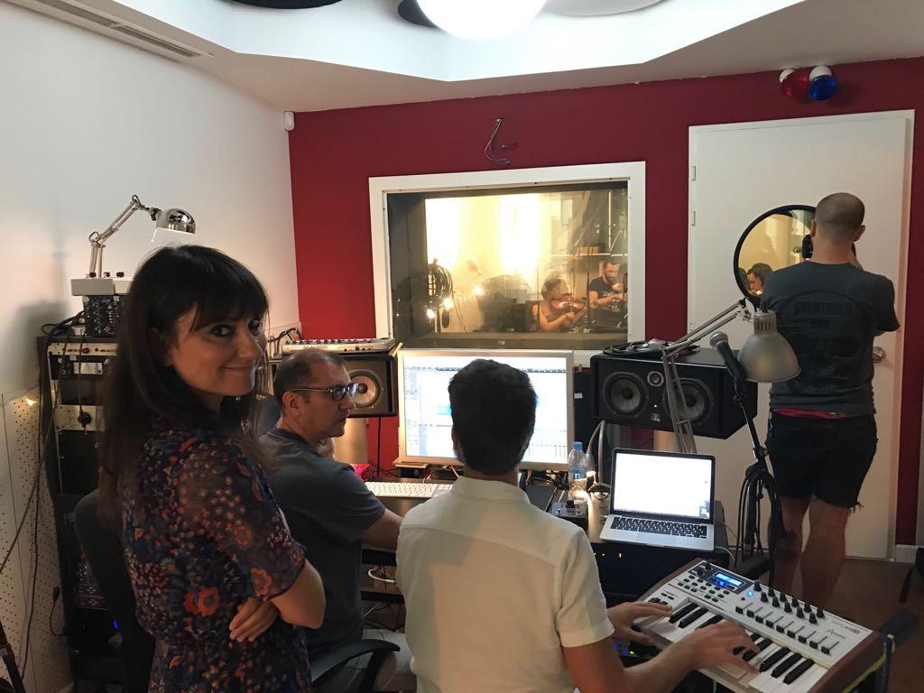 Amaral en el estudio grabando el nuevo himno del Zaragoza CFF